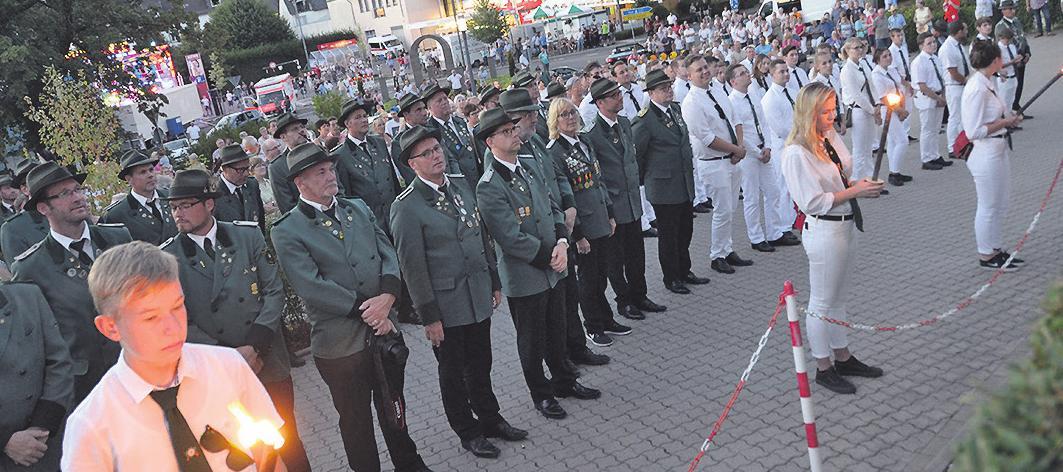 Die Schützen stellen sich zum Festakt auf Bild: Lenzen