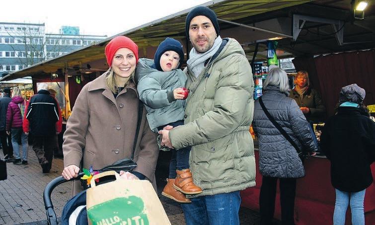 Großeinkauf vor Weihnachten: Valentin Treffert mit Sohn Raphael auf dem Arm und Ehefrau Sarath Fotos: jae