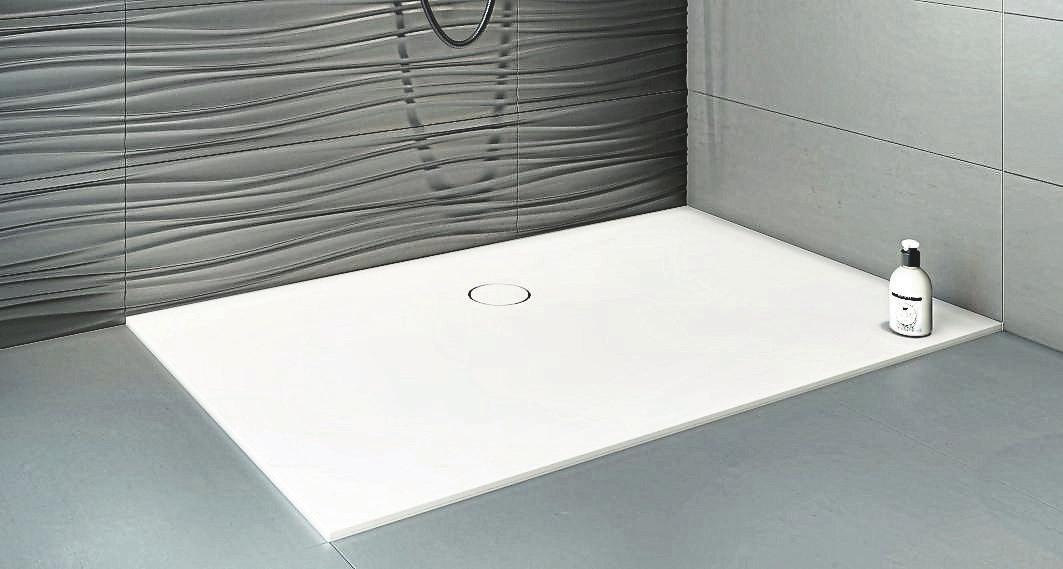 Bei dieser Duschfläche aus Mineralwerkstoff sind drei Einbauvarianten möglich.