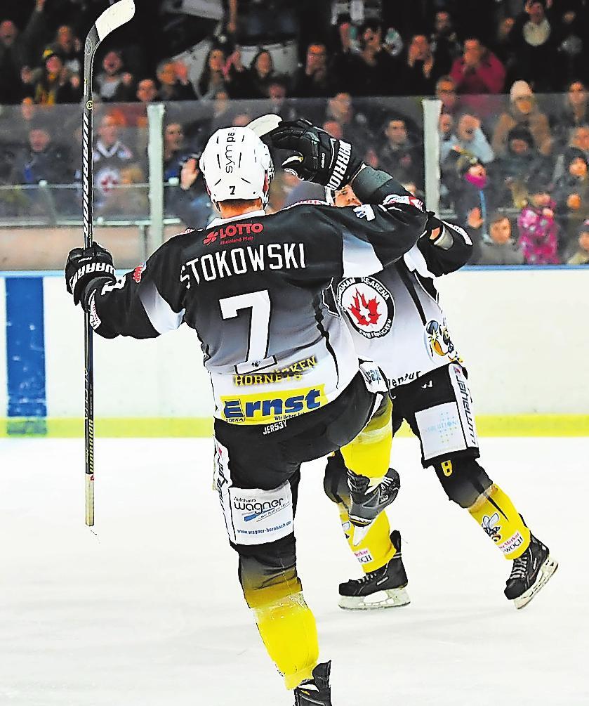 """Eishockey ist in Zweibrücken ein Publikumsmagnet. Da können die """"Hornets"""" auch mal ein Tänzchen auf dem Eis wagen, wenn der Puck im gegnerischen Tornetz zappelt. FOTO: MOSCHEL"""
