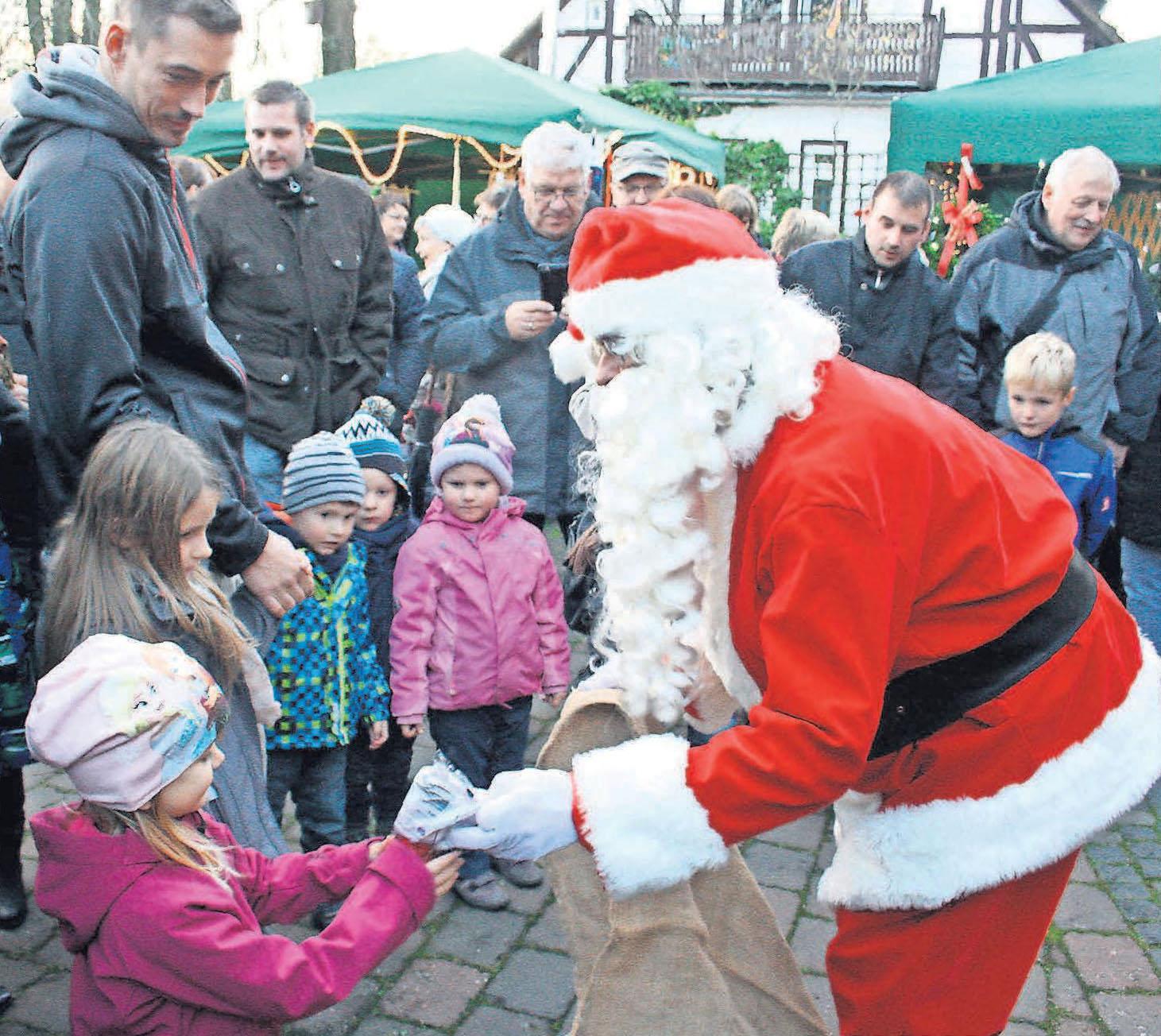 """Beim Fest """"Rund um den Tannenbaum"""" schaut auch der Weihnachtsmann vorbei."""