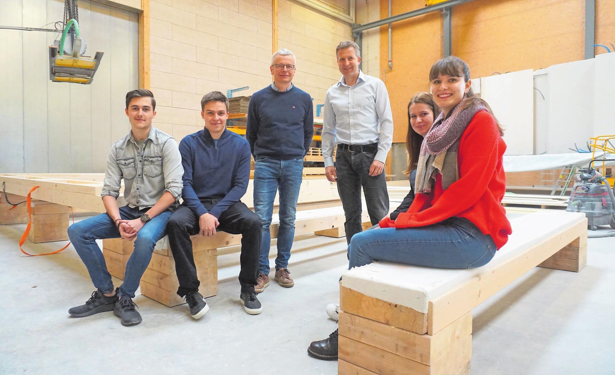 Sind gemeinsam an einer Projektarbeit (von links): Tim Busslinger, Patrick Kühne, Markus Fust (Geschäftsführer der Husner AG Holzbau), Lutz Gommel (Dozent Hochschule für Technik FHNW), Michèle Fust und Meret Werren. Bild: Luc Müller
