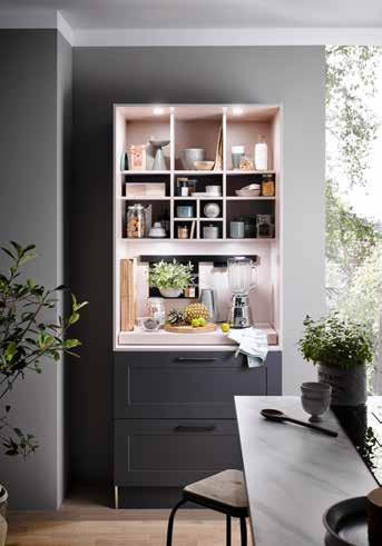 Das Themenregal von Häcker Küchen verbindet Trendfarben mit viel Stauraum. Foto: Häcker Küchen