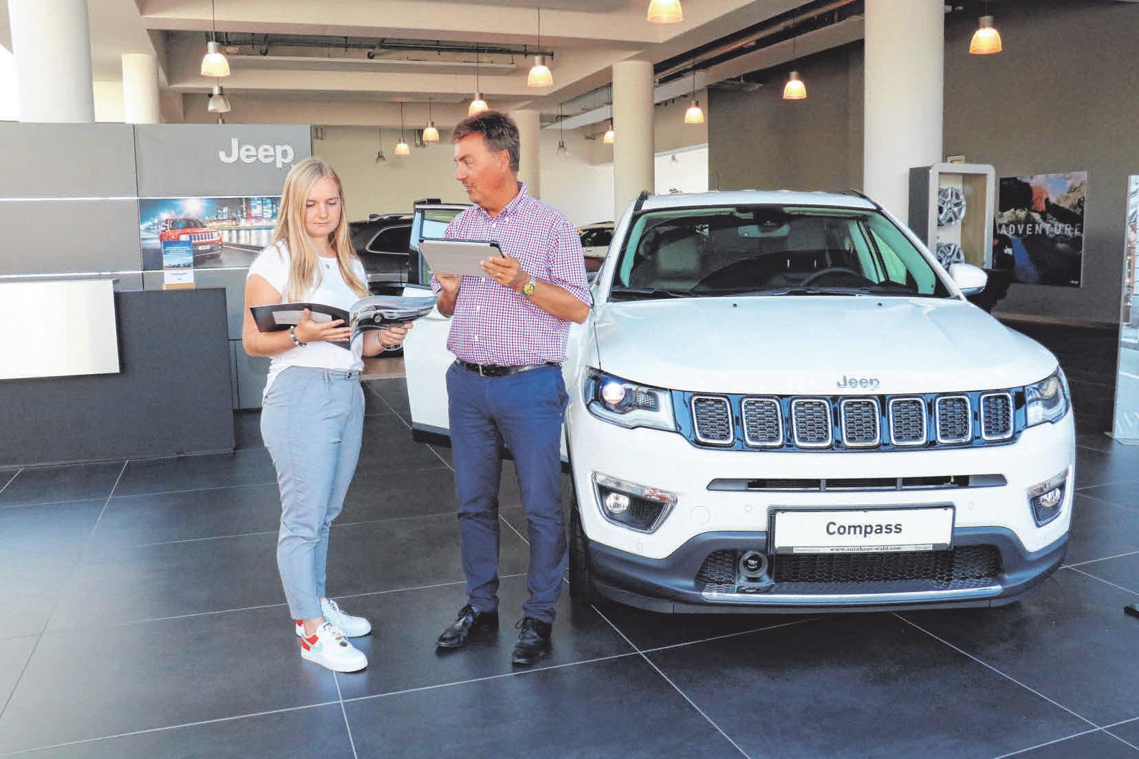 Verkaufsberater Gregor Rieger im Autohaus Wald erklärt Auszubildender Maria Tremmel die vielen Vorteile des Jeep®Compass. FOTO: ROSA LANER