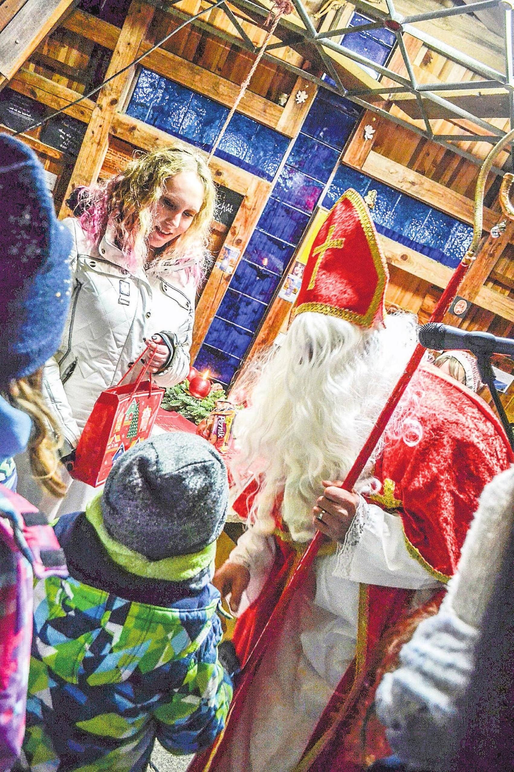 Zur Grenzweihnacht am Ackerl beschenkt der Nikolaus die Kinder aus Bayern und Böhmen. Fotos: Silke Meier