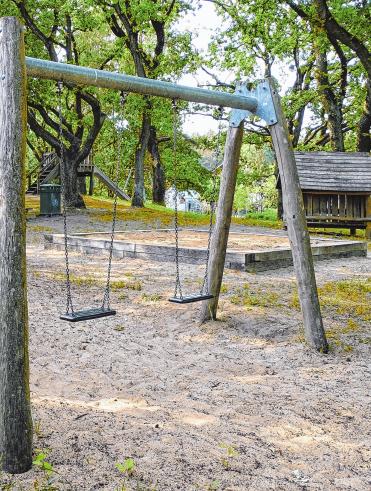 Der Spielplatz ist neu gestaltet worden. Es gibt Grund- und Oberschule im Ort.