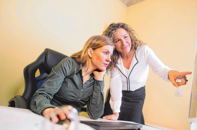 Erstmal zuhören: Wer die wichtigsten Regeln beachtet, hat es leichter, die Probezeit im neuen Job zu überstehen. Foto: Gabbert/dpa-mag