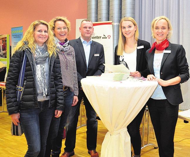 Corinna Volland und Nicole Lorek ließen sich von Heiko Knopp, Franziska Pönitzsch sowie Gabriele Kühne der Agentur für Arbeit Helmstedt beraten.