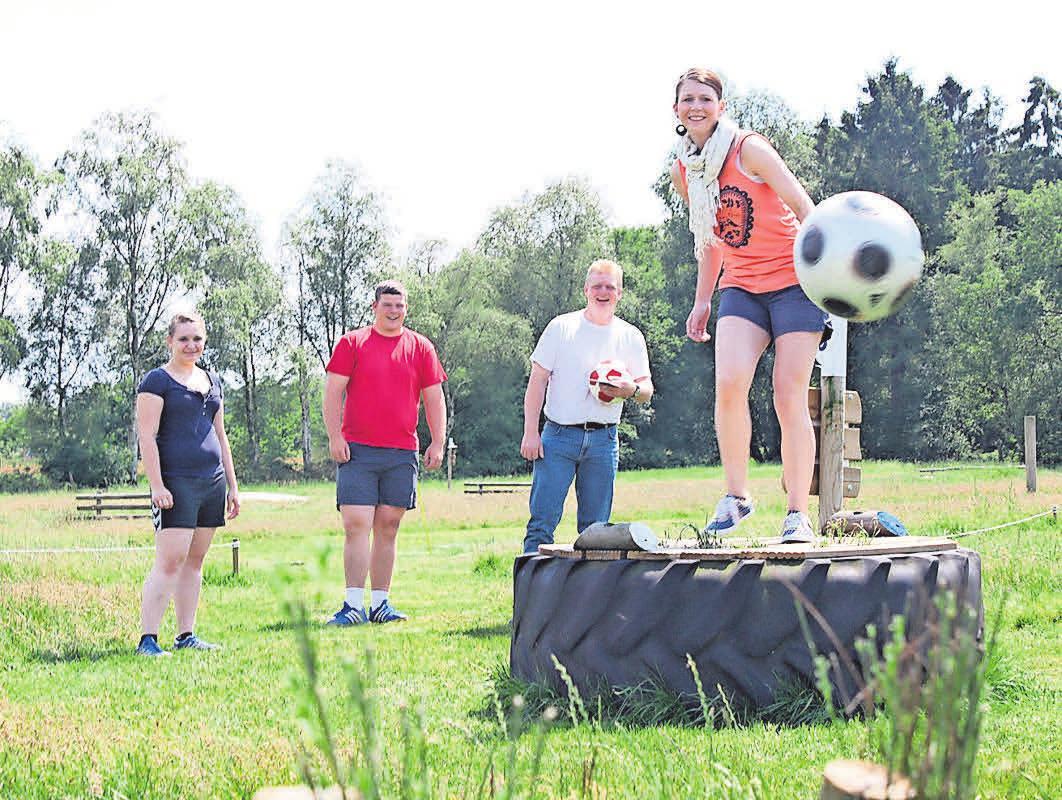 Fußballfans genießen ihre Zeit auf der Fußballgolfanlage.