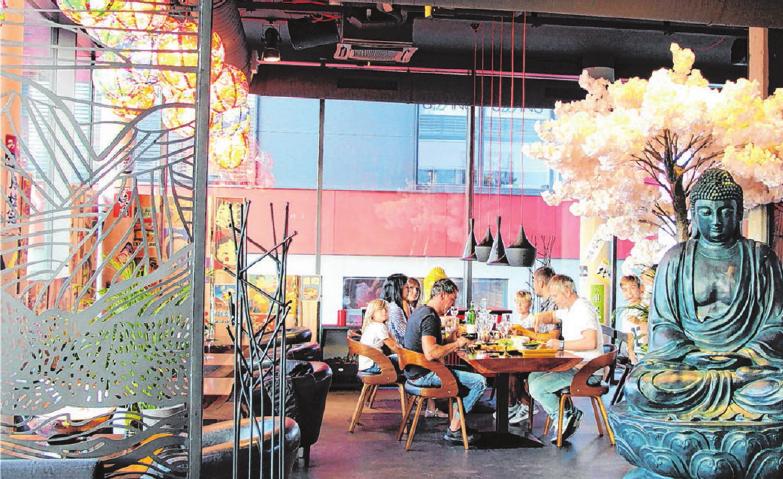 Das große Restaurant wird durch Raumteiler optisch gegliedert. Der Nebenraum eignet sich für Firmenevents oder Familienfeiern.