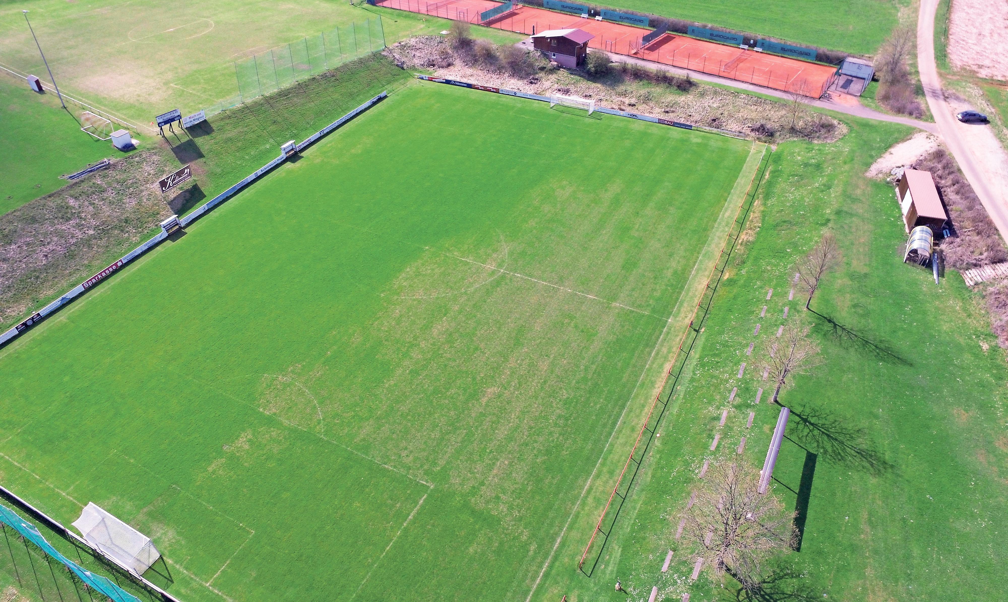 Das Sportgelände des FC Troschenreuth aus der Luft. Hier wird am Wochenende die Pegnitzer Fußball-Stadtmeisterschaft der Herren ausgetragen. Foto: Julian Haberberger
