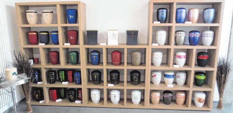 Auch eine große Auswahl an Urnen gibt es bei Rieder