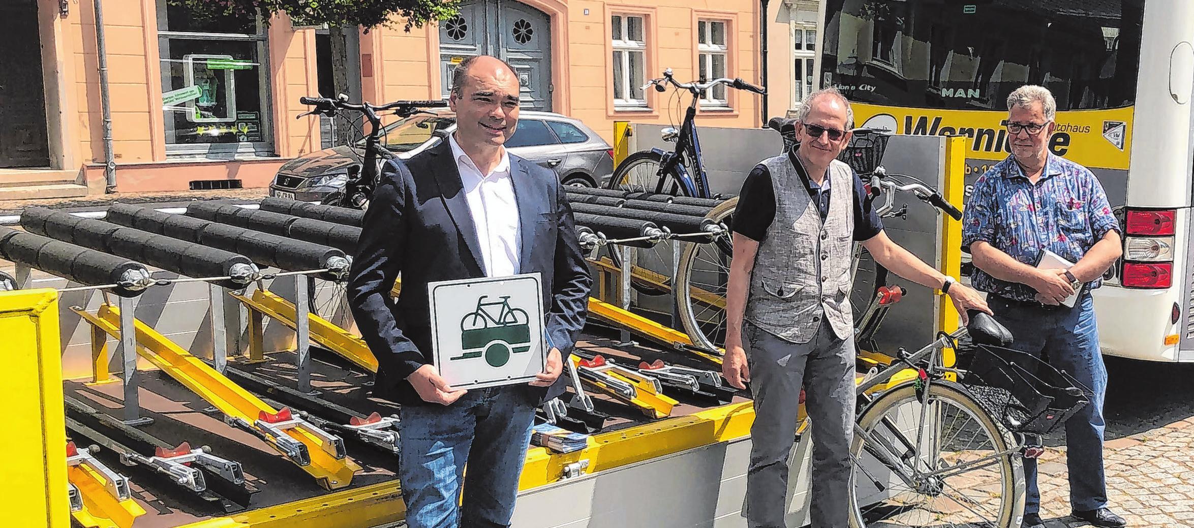 Ulrich Steffen, Geschäftsführer ORP GmbH, stellt den Fahrradhänger vor. Foto: Wolter