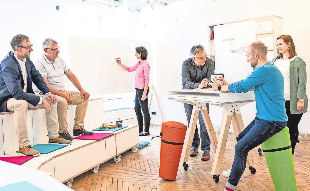 Menschen erarbeiten gemeinsam und mit Hilfe von verschiedenen agilen Methoden unterschiedlichste Themenfelder.