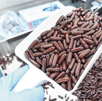 Um die 1,6 Milliarden Kapseln werden jährlich produziert. FOTO: BERND SETTNIK/DPA
