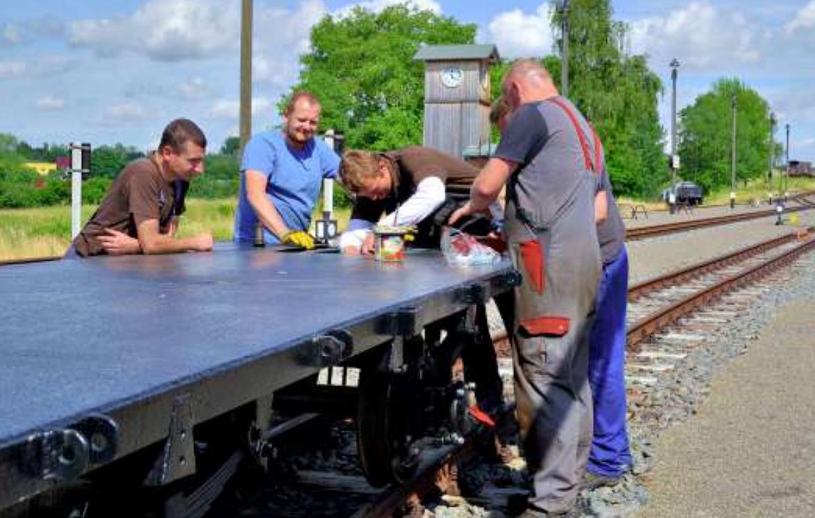 Die Vereinsarbeit der Mansfelder Bergwerksbahn e.V. in Benndorf/Klostermansfeld ist nach den harten Monaten des Lockdowns im vollen Gange. Hier arbeitet die Wagengruppe einen offenen Güterwagen (O-Wagen) auf. FOTO: MANSFELDER BERGWERKSBAHN E.V.