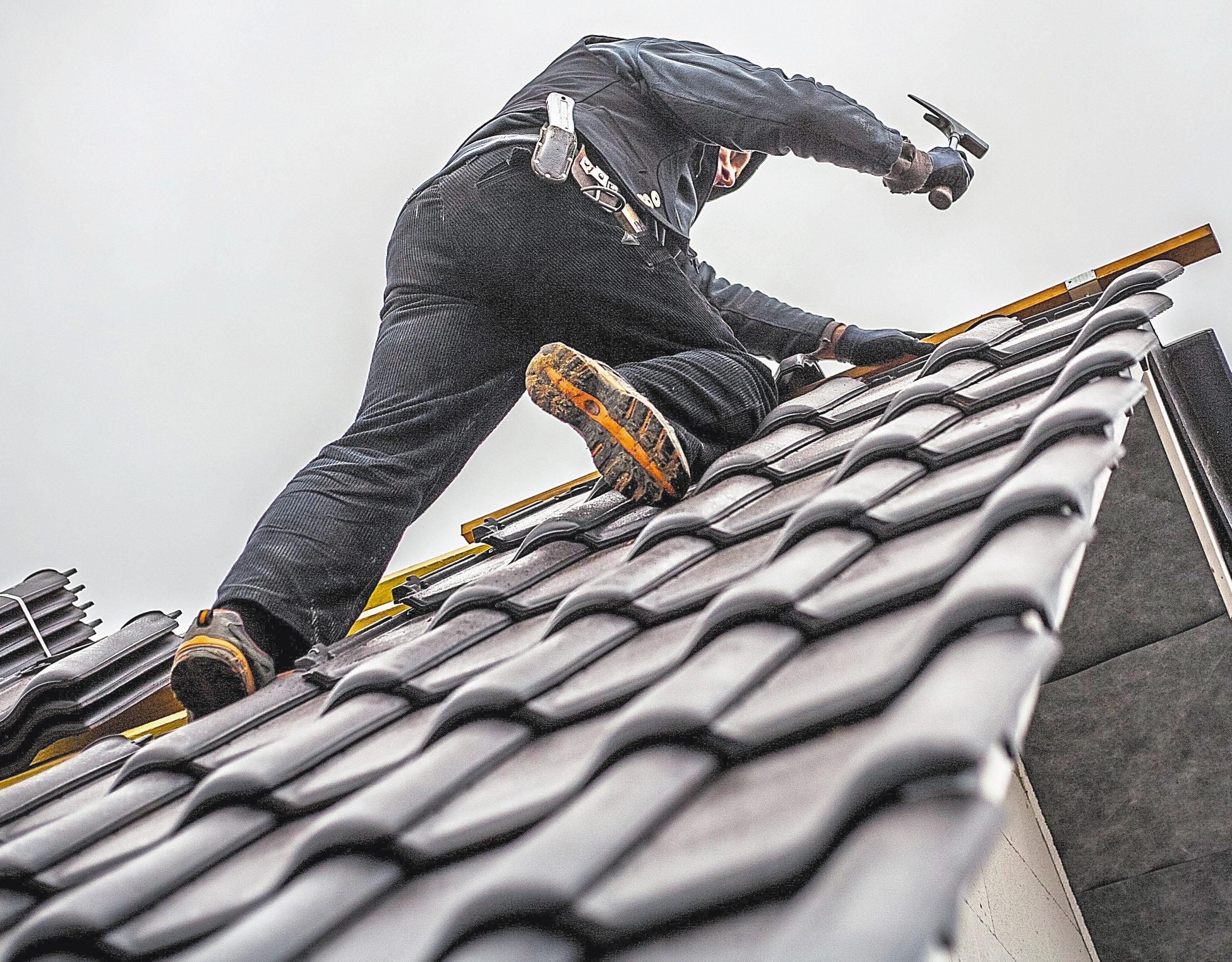 Ein häufiger Streitpunkt ist die Dämmung des Dachraumes in Altbauten. Hier kann man versuchen, eine Ausnahmegenehmigung zu erhalten. Foto: dpa/Bauherren-Schutzbund