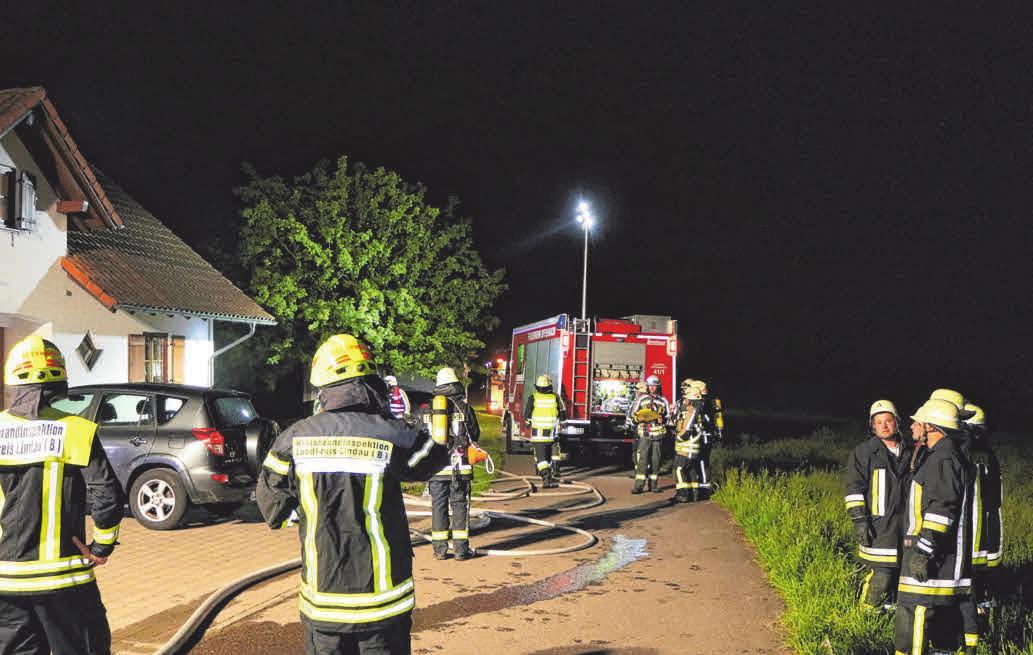 Im Jahr 2020 verhinderten rund 60 Einsatzkräfte bei einem Küchenbrand in Hergatz, dass sich ein Feuer auf den Dachstuhl ausbreitet. ARCHIVFOTO: DAVOR KNAPPMEYER