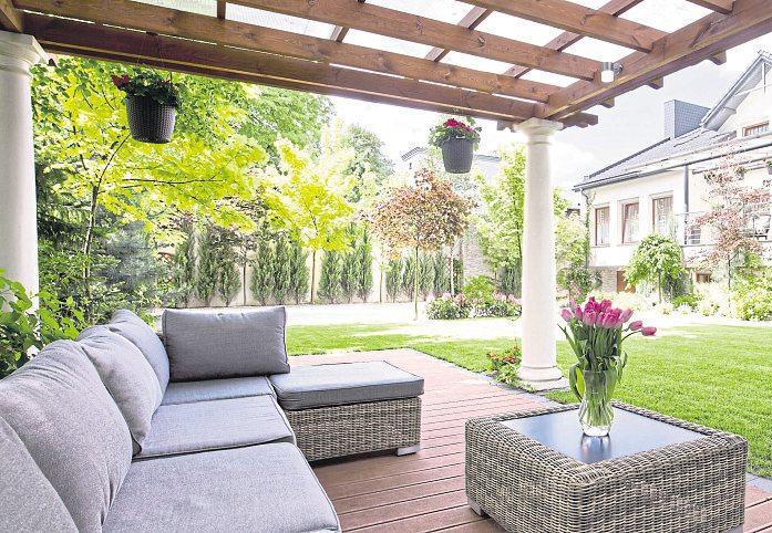 Sonne ist gut, aber für den Aufenthalt im Garten ist auch ein schattiges Plätzchen wichtig. Die Lounge im Schatten lädt zum Verweilen ein. Foto: Photographee.eu - stock.adobe.com