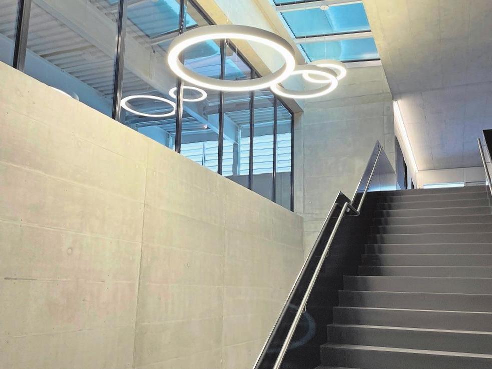 Blickfang: die Leuchten im Eingangsbereich.