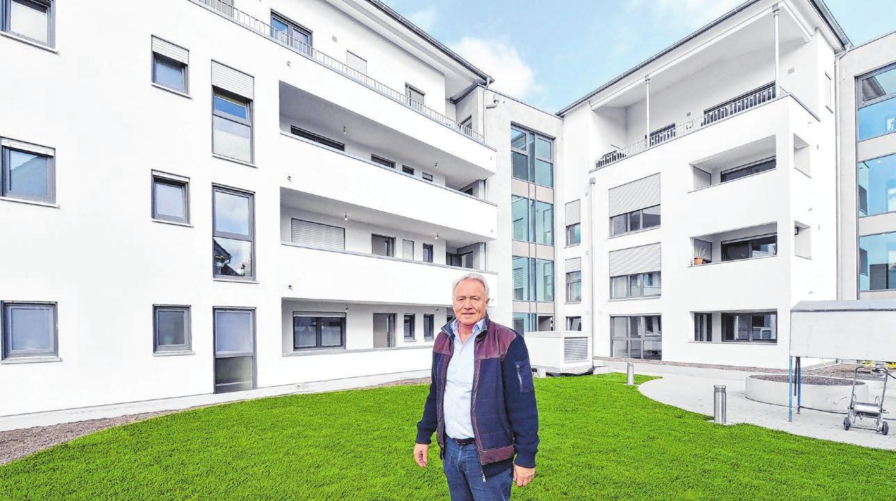Bauherr Franz Borst lässt den Außenbereich als grüne Wohlfühloase gestalten.