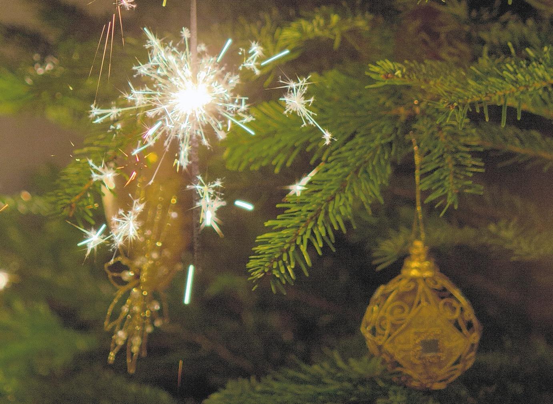 Wenn echte Kerzen verwendet werden, sollte der Baum frisch sein. Auf Abstand ist zu achten, und Wunderkerzen sind sehr gefährlich Foto: pixabay