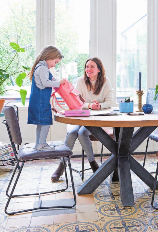 An runden Tischen lässt sich gut gemeinsam basteln – hier sitzt man nah beieinander. Auch die gemeinsamen Mahlzeiten sind da ein Stück Familienglück. Foto: djd