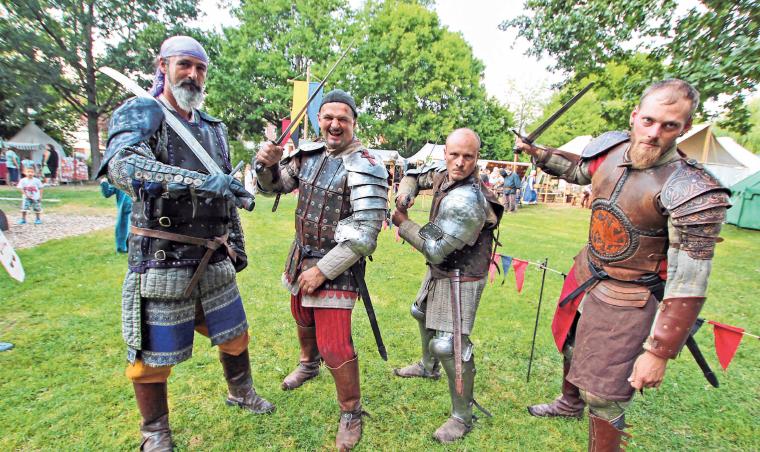 Wilde Söldner freuen sich auf den Kampf. FOTO: BARBARA BRAIG