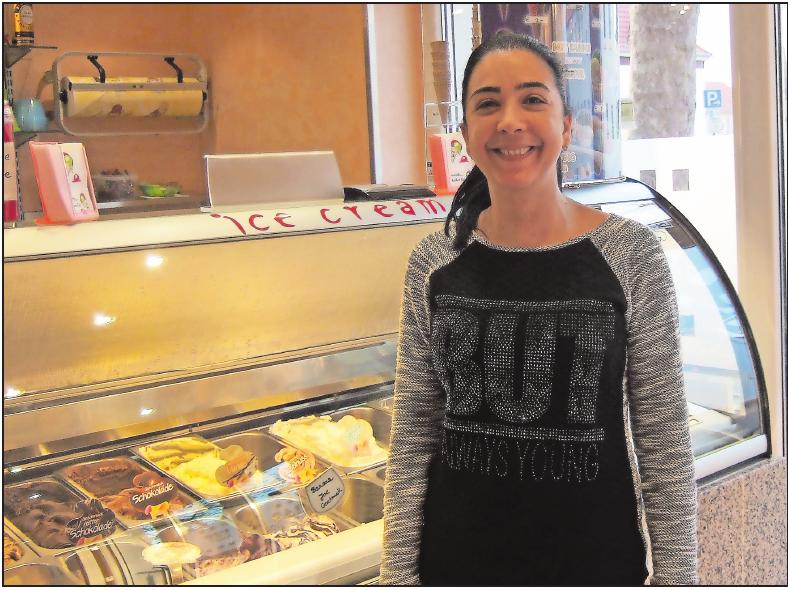 Richtet sich bei den Öffnungszeiten des Eiscafés auch nach dem Wetter: Ramona Salvaggio. FOTO: SCHAAR