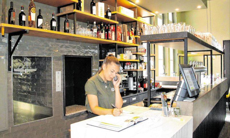 """In """"Carellas Restaurant"""" wird auch ein Abholservice für Speisen und Getränke angeboten."""