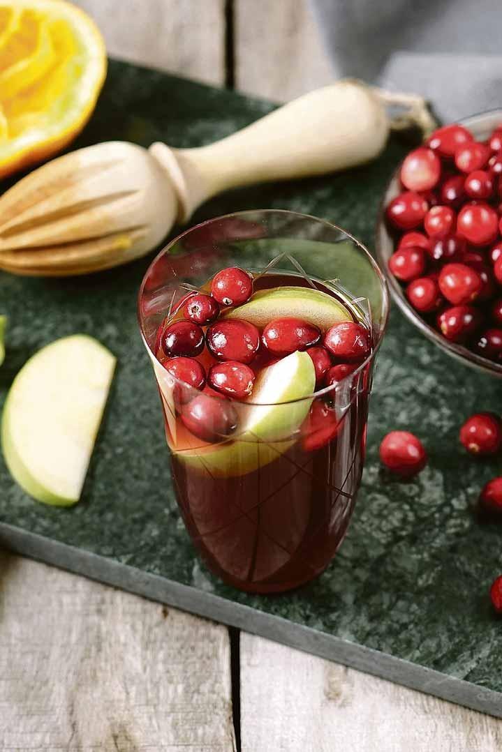 Sangria mal anders: Cranberrys verleihen dem alkoholfreien Getränk seine frisch-fruchtige Säure. Foto: djd/Coca-Cola/Mariella Lahodny