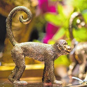 Der Affe als Dekorationsobjekt: Er ist kein echtes neues Trendtier, aber ein beliebter Protagonist einer neuen Einrichtungs-Trendwelt mit Dschungelmotiven.