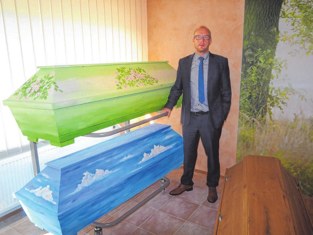"""Ronja und Rainer Lutz präsentieren eine große Auswahl an Urnen (oben). Auch sehr individuelle Särge hat""""Stoß Bestattungen"""" im Angebot. FOTOS: SCHWARZ"""