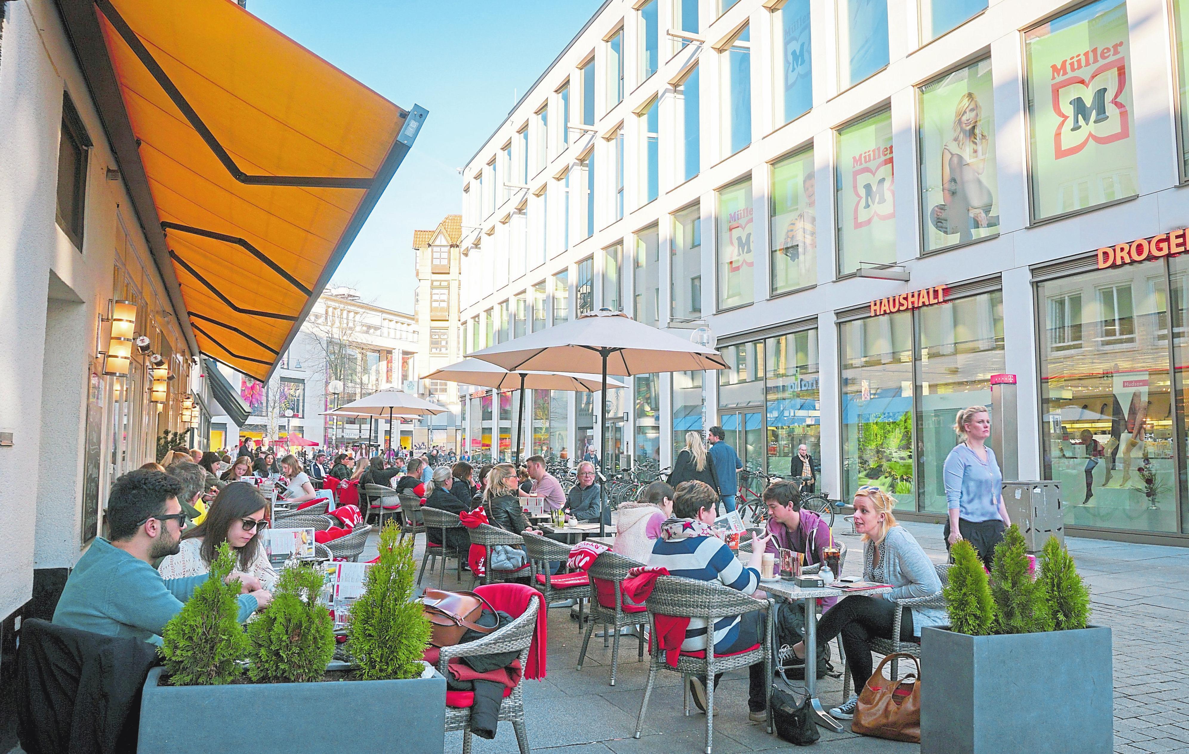 Nach einem ausgiebigen Shoppingtrip lässt sich unter freiem Himmel bei einem Getränk und leckeren Snack entspannen. Foto: L. Volz/F. Moritz