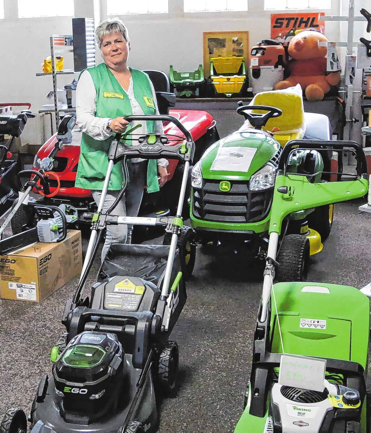 Auch Technik für Haus und Hof im Angebot: Kerstin Golchert kennt sich aus mit Freischneidern, Laubbbläsern, Rasenmähern und vielem mehr.