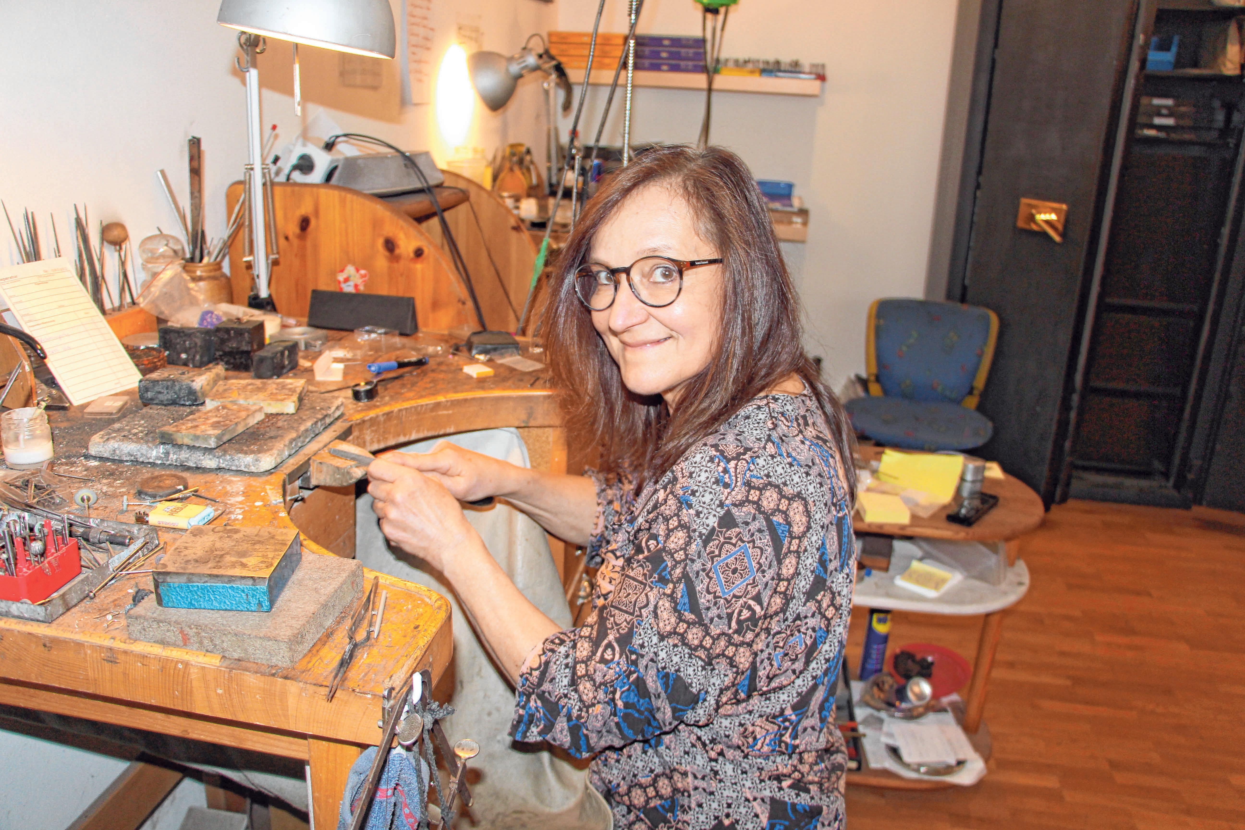 Ulrike Weinl bietet ihren Kunden in ihrer Goldschmiedewerkstatt während der Coronakrise einen kontaktlosen Reparaturservice an. Außerdem versendet sie Gutscheine. Foto: Schmid