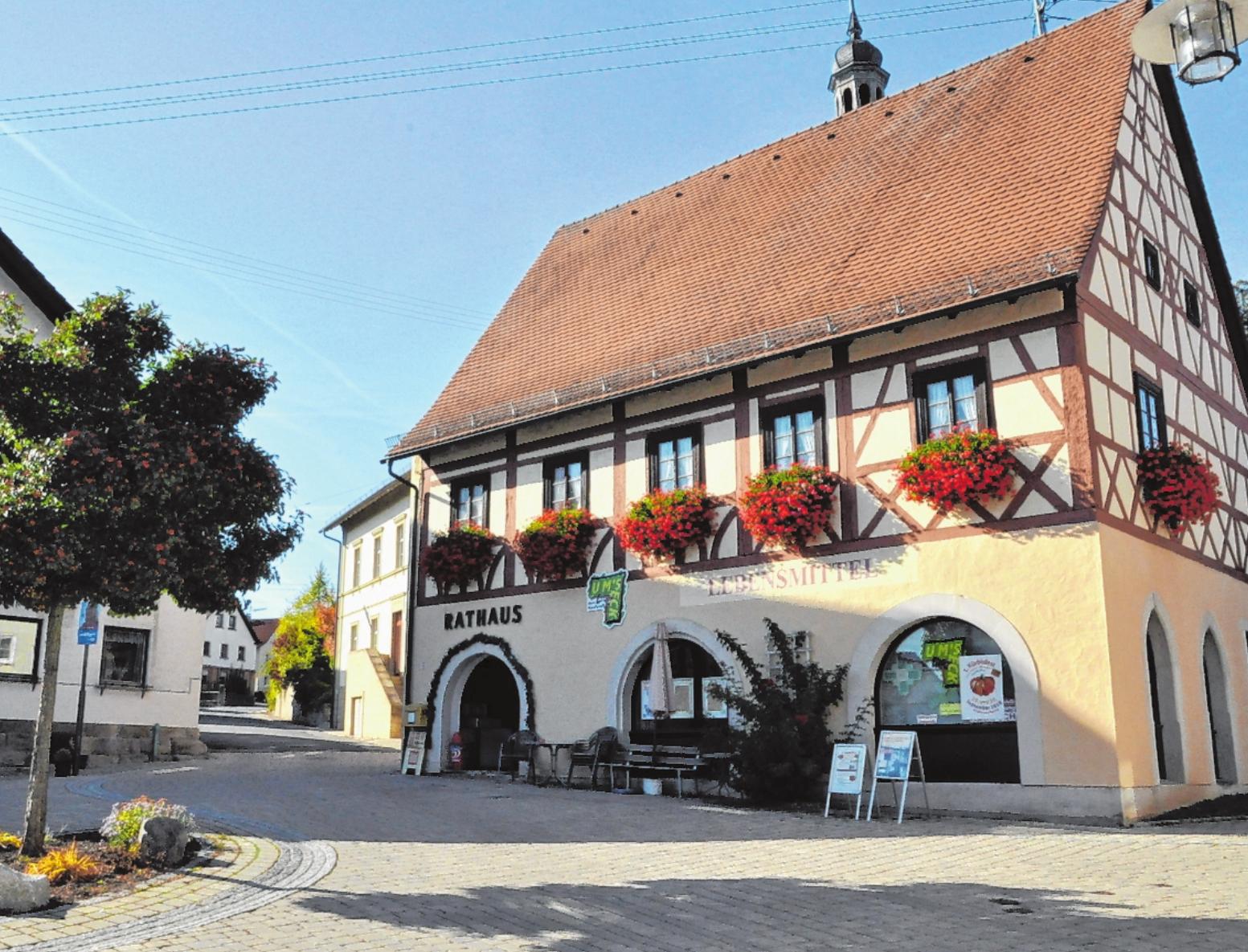 Der Marktplatz von Rügheim befindet sich im Zentrum des Ortes. FOTO: MARTIN SCHWEIGER