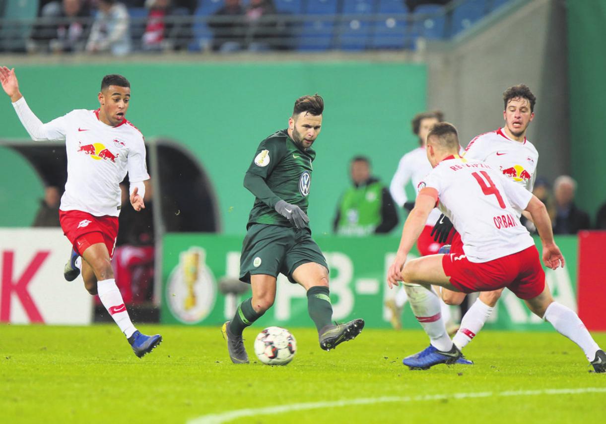 Der VfL Wolfsburg ist im Achtelfinale des DFB-Pokal gegen RB Leipzig ausgeschieden. Das Foto zeigt Tyler Adams (Leipzig), Renato Steffen und Willi Orban (Leipzig). Foto: regios24