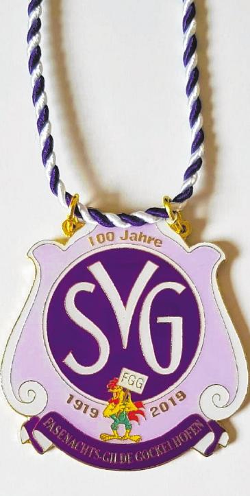 Auf dem Sessionsorden der FGG, der auf das 100-jährige Bestehen des Sportvereins Gaukönigshofen (SVG) hinweist, hat auch der närrische Gockel seinen Platz.