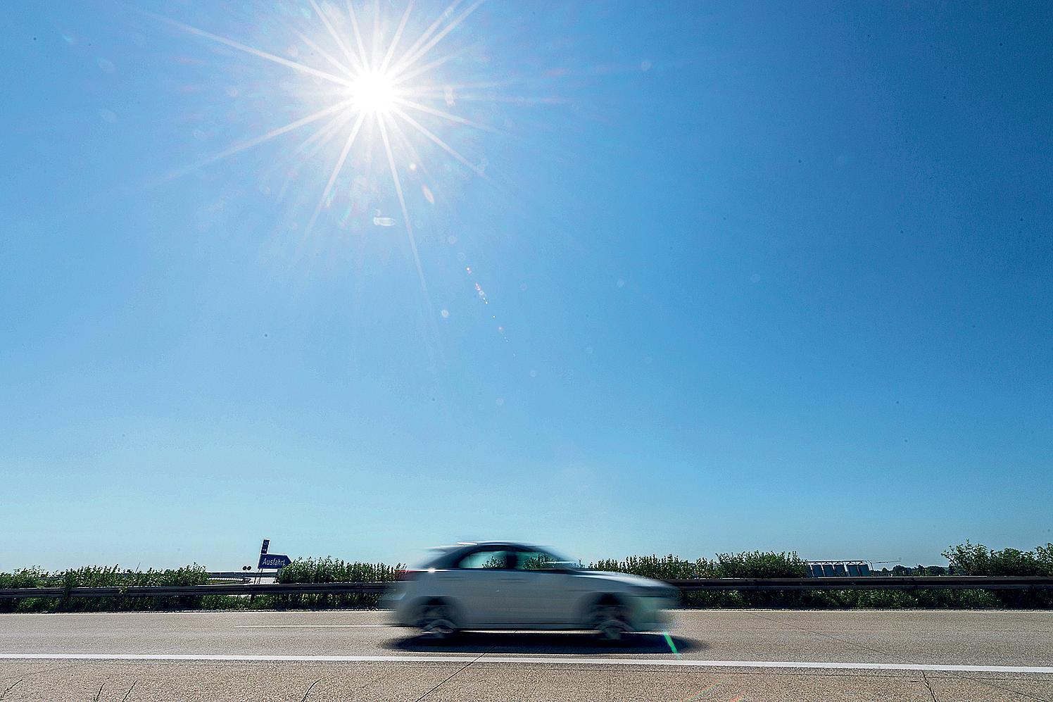 Im Auto kann die Sonne unangenehme oder gefährliche Auswirkungen haben.