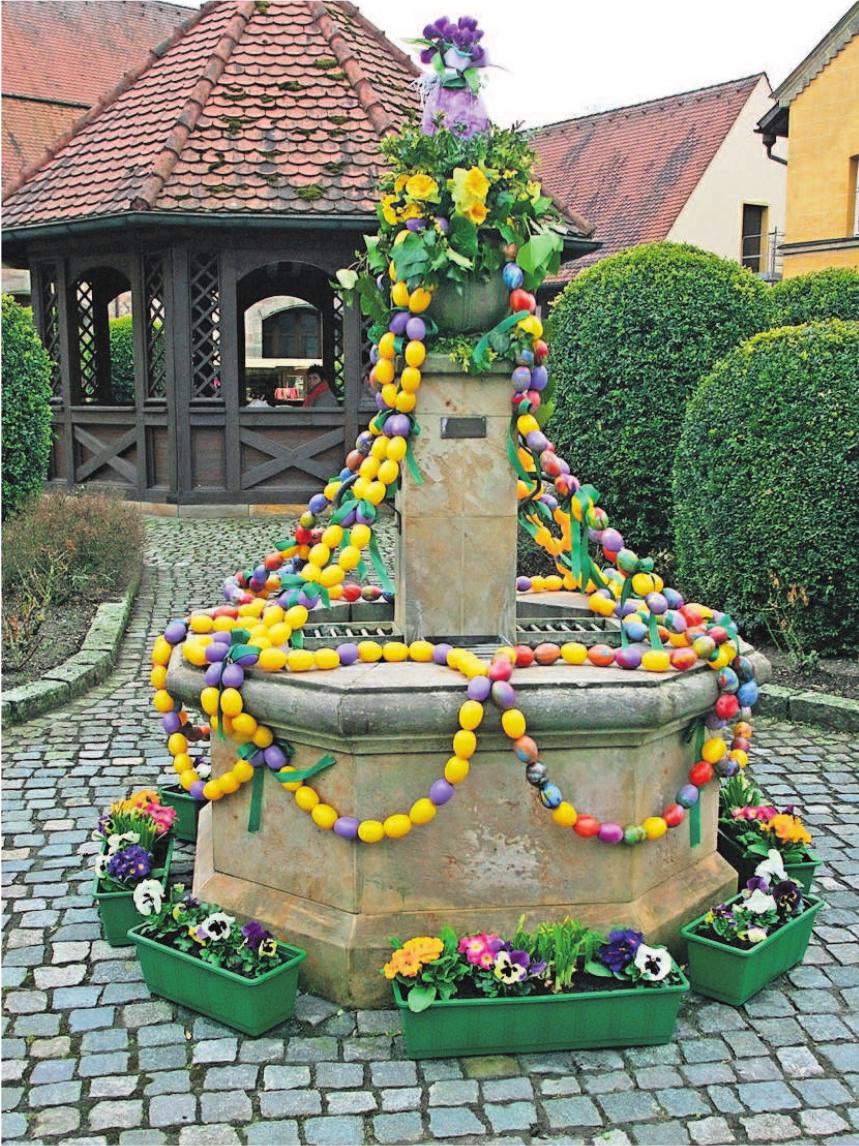 Ein geschmückter Osterbrunnen gehört zum Markt dazu.