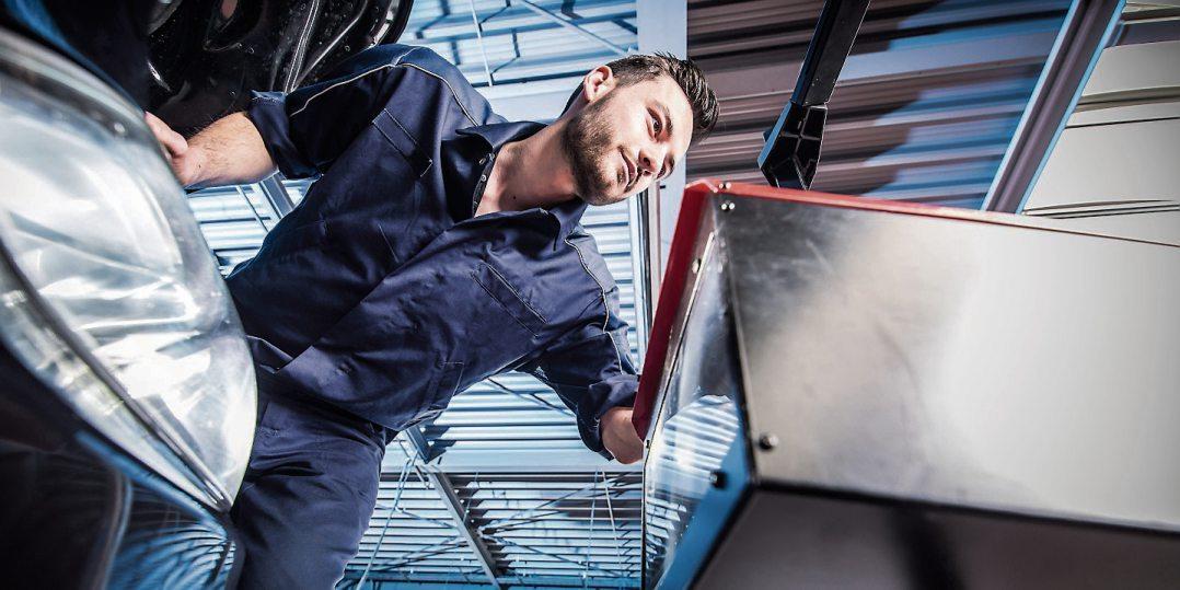 Im Oktober prüfen die Kfz-Werkstätten wieder die Fahrzeugbeleuchtung. Bild: ProMotor/T. Volz