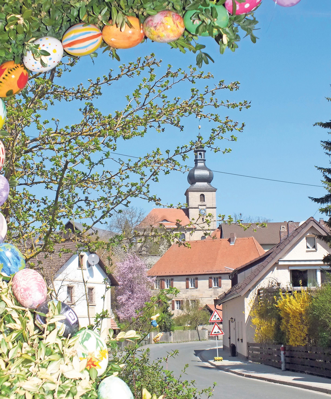 Die Markgrafenkirche St. Walburga überragt das obere Dorf von Benk. Sie feiert heuer ihren 270. Geburtstag. Ein reizvoller Blick bietet sich vom Roßbrunnen aus. Fotos: Neithard Prell