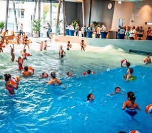 Eröffnung schlägt hohe Wellen: Gleich am ersten Tag nutzten große und kleine Wasserratten das Wellenbad im Subtropischen Badeparadies.