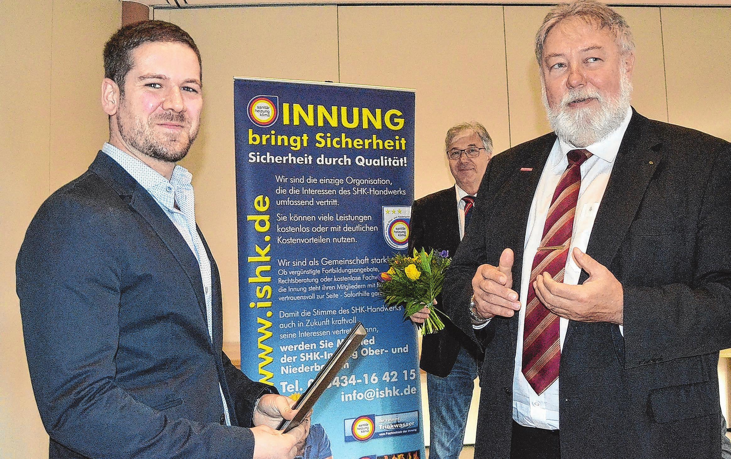 Bester: Gonzales Garcias Jesus (l.) aus Spanien empfing Glückwünsche von Uwe Hoppe (r.), dem Hauptgeschäftsführer der Handwerkskammer Frankfurt (Oder) Region Ostbrandenburg
