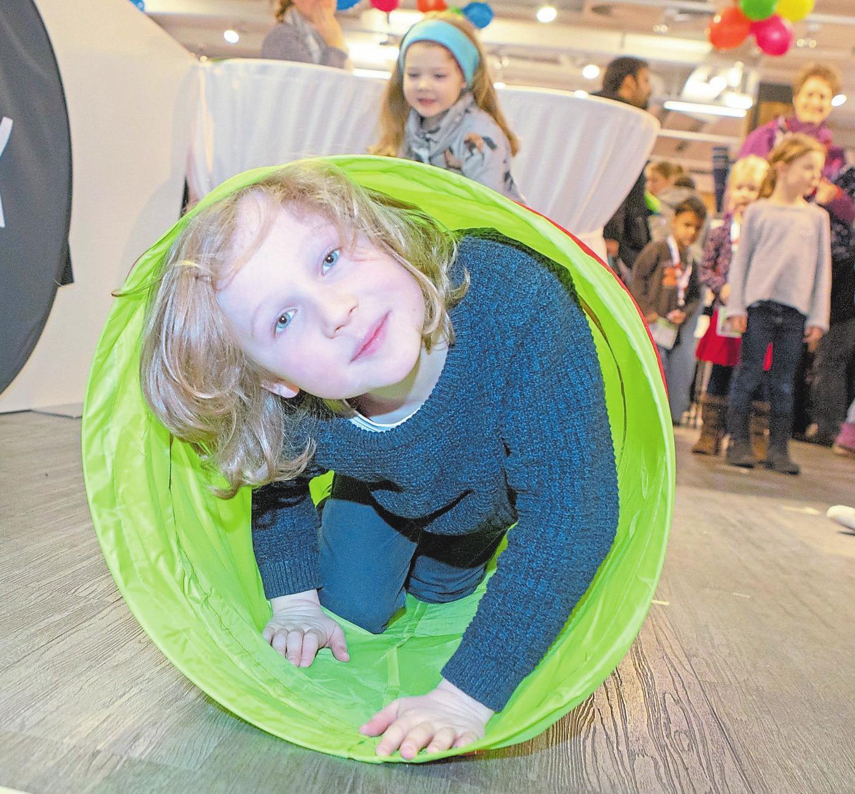 Spaß haben die Kinder beim Fitness-Parcours. Foto: Nicole Lüttecke
