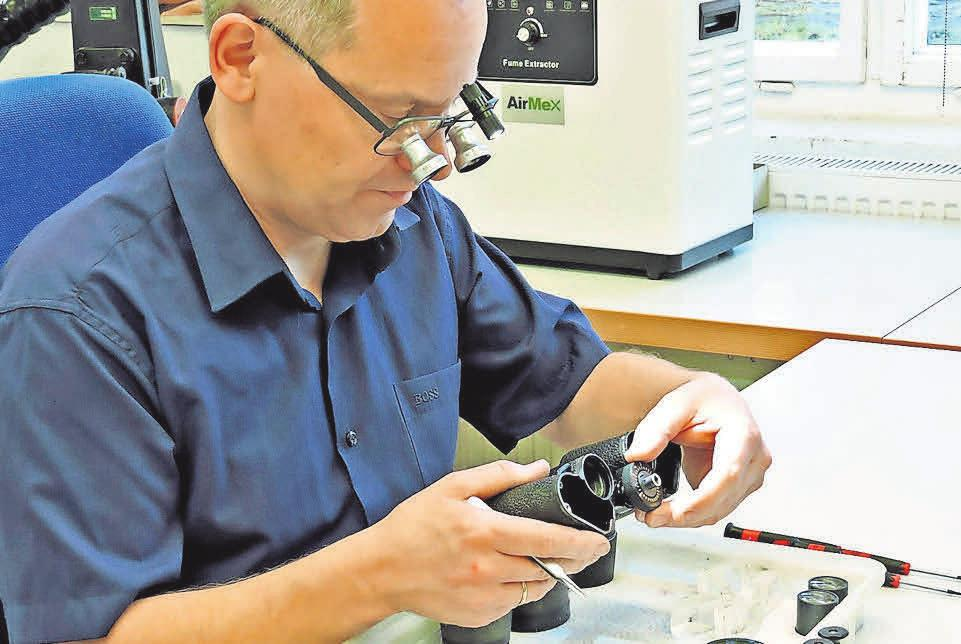 Obrira Low Vision aus Rathenow präsentiert eine neue Lupenbrille aus Titan, entwickelt in Kooperation mit MOM Rathenow, mit neuer kabelloser Beleuchtung. Sie erhöht den Arbeitskomfort, wie hier bei der Restauration von Zeiss-Ferngläsern. FOTO: RANDOLPH GÖTZE
