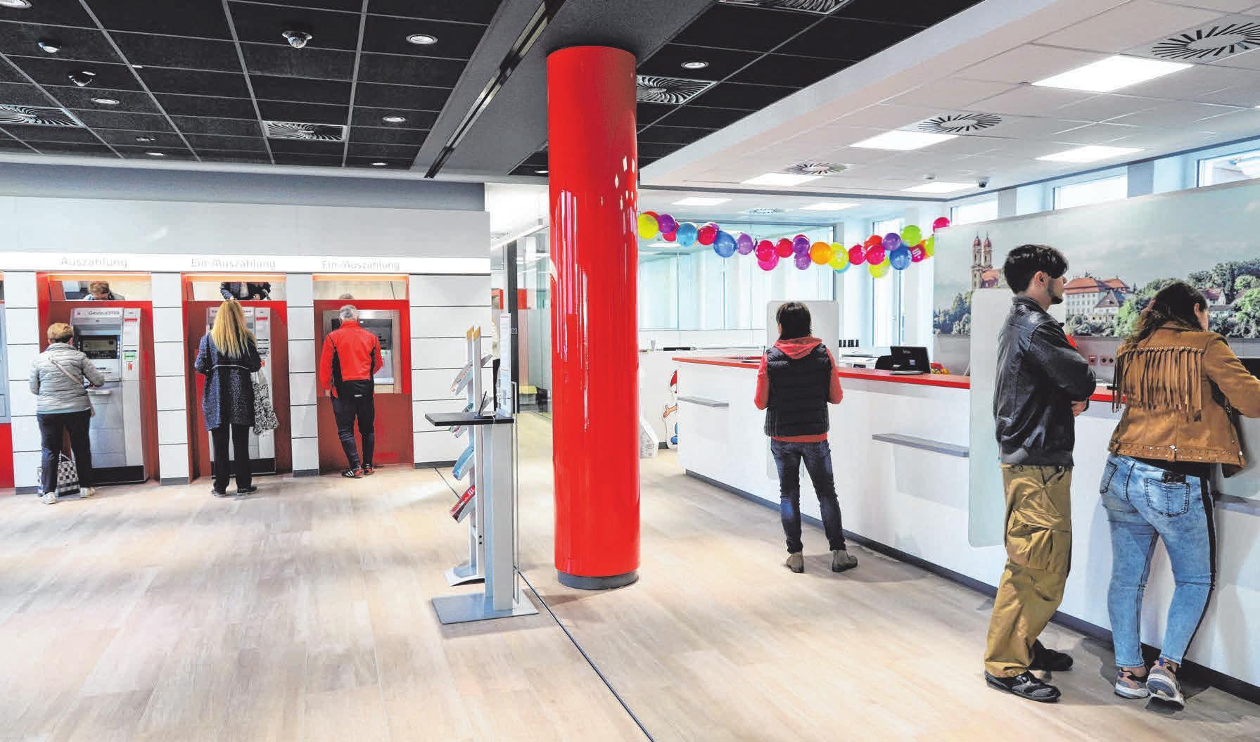Modern und einladend: die komplett neugestaltete Kundenhalle samt SB-Bereich der Kreissparkasse Ellwangen.
