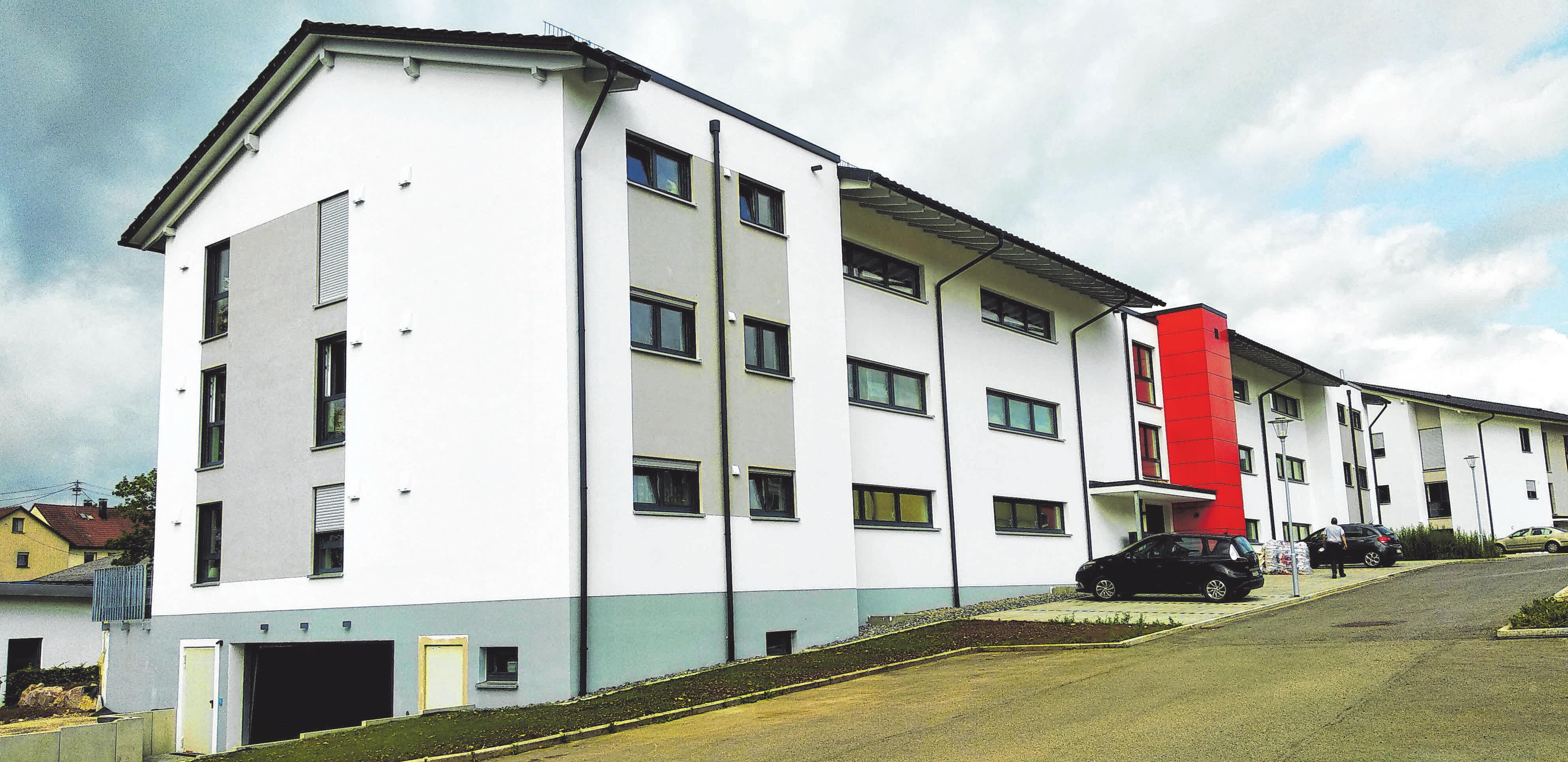 Die neu gebaute Lembergresidenz bietet 2,5- und 3,5-Zimmer-Wohnungen für Gosheimer Senioren, jede Wohneinheit verfügt über eine Terrasse oder einen Balkon. Dazu gibt es Stellplätze vor dem Haus, aber auch Tiefgaragenstellplätze. FOTO: PM