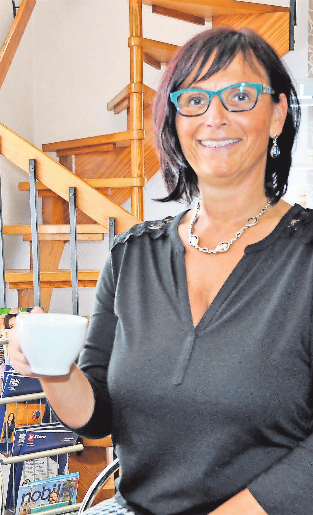 Ein seltenes Bild: Nicole Beier, Chefin des Salons Nicoletta, mit einer Tasse Kaffee in der Hand. Meistens steht die Friseurmeisterin hinter ihren Kundinnen und Kunden, um sie zu betreuen.